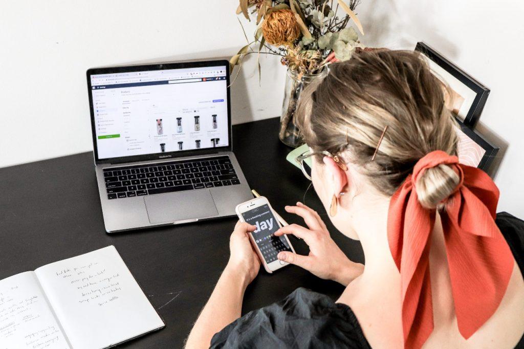 Donna al computer e smartphone, su sito di e-commerce